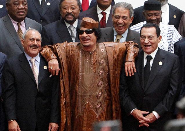 الزعيم الليبي السابق معمر القذافي يقف وسط الرئيس اليمني السابق علي عبدالله صالح والرئيس المصري السابق حسني مبارك في القمة العربية الأفريقية في سرت، ليبيا 10 أكتوبر/ تشرين الأول 2010