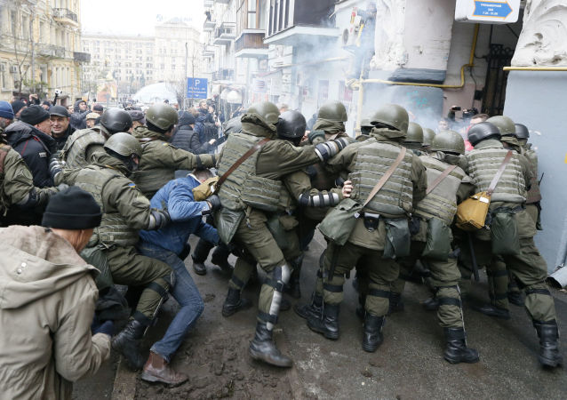 صدام بين أنصار الرئيس الجورجي السابق ميخائيل ساكاشفيلي والحرس الوطني الأوكراني في كييف، أوكرانيا 5 ديسمبر/ كانون الثاني 2017