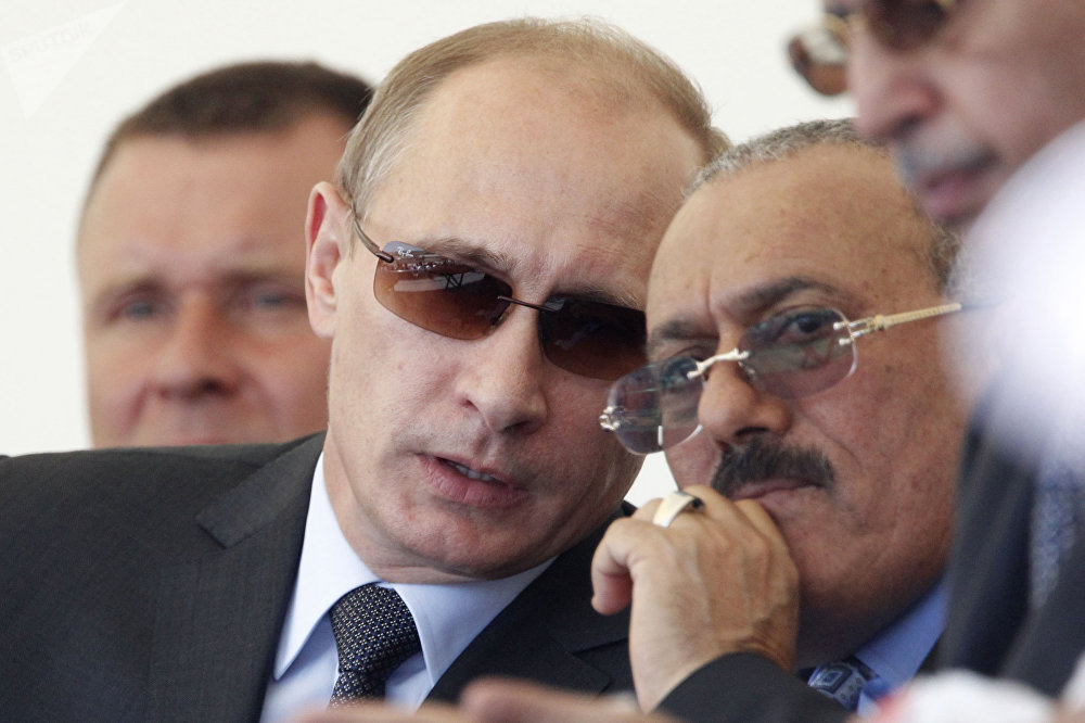 الرئيس اليمني السابق علي عبدالله صالح ورئيس الوزراء الروسي (حينئذ) فلاديمير بوتين في المنتدى الدولي التكنولوجيا في صناعة الآلات-2010 في مطار جوكوفسكي العسكري، عام 2010