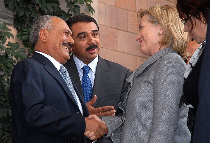 الرئيس اليمني السابق علي عبدالله صالح ووزيرة الخارجية الأمريكية السابقة هيلاري كلينتون في صنعاء، عام 2011