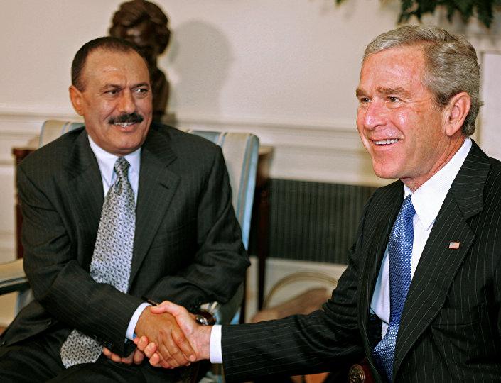 الرئيس اليمني السابق علي عبدالله صالح والرئيس الأمريكي السابق جورج بوش الابن في واشنطن، عام 2005