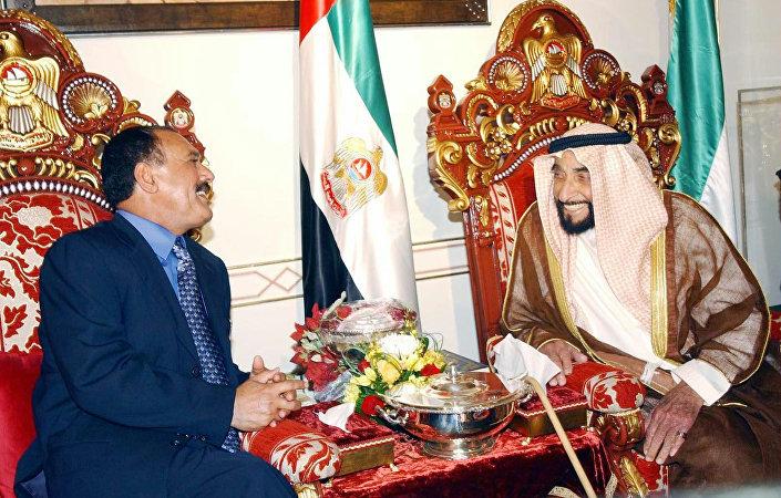 الرئيس اليمني السابق علي عبدالله صالح والرئيس الإماراتي السابق الشيخ زايد بن سلطان آل نهيان في أبو ظبي، عام 2003