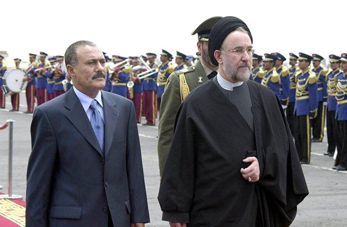 الرئيس اليمني السابق علي عبدالله صالح يرحب بالرئيس الإيراني السابق محمد خاتمي في صنعاء، عام 2003