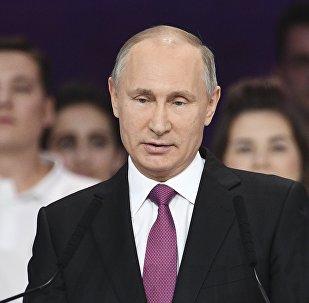 الرئيس الروسي فلاديمير بوتين يعلن أنه سيتخذ قريبا قرار الترشح للانتخابات الرئاسية المرتقبة في مارس القادم خلال حفل توزيع جوائز المتطوع الروسي لعام 2017 في موسكو، 6 ديسمبر/ كانون الأول 2017