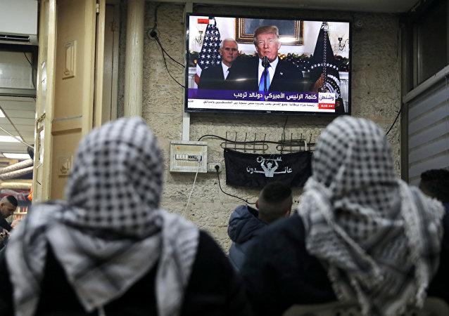 فلسطينيون يتابعون كلمة ترامب التي يعترف خلالها رسميا بالقدس عاصمة لإسرائيل