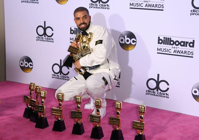 مغني الراب دريك خلال حفل لتوزيع الجوائز الموسيقية بيلبورد ميوزيك أووردز في لاس فيغاس، نيفادا، الولايات المتحدة 21  مايو/ أيار 2017