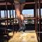 امرأة تمشي على الحبل بالكعب العالي