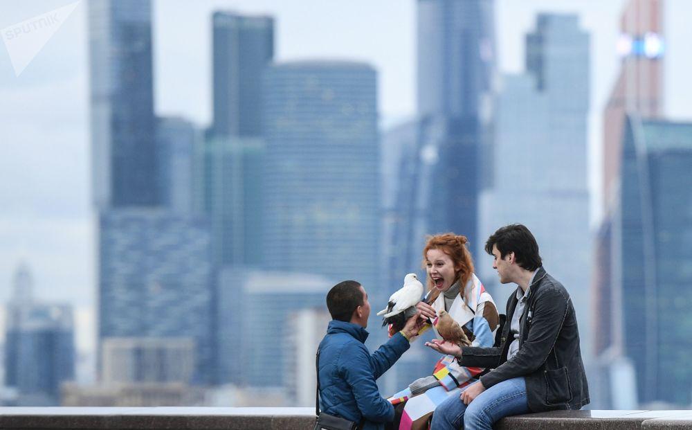 أشخاص على خلفية المركز التجاري موسكو سيتي في موسكو