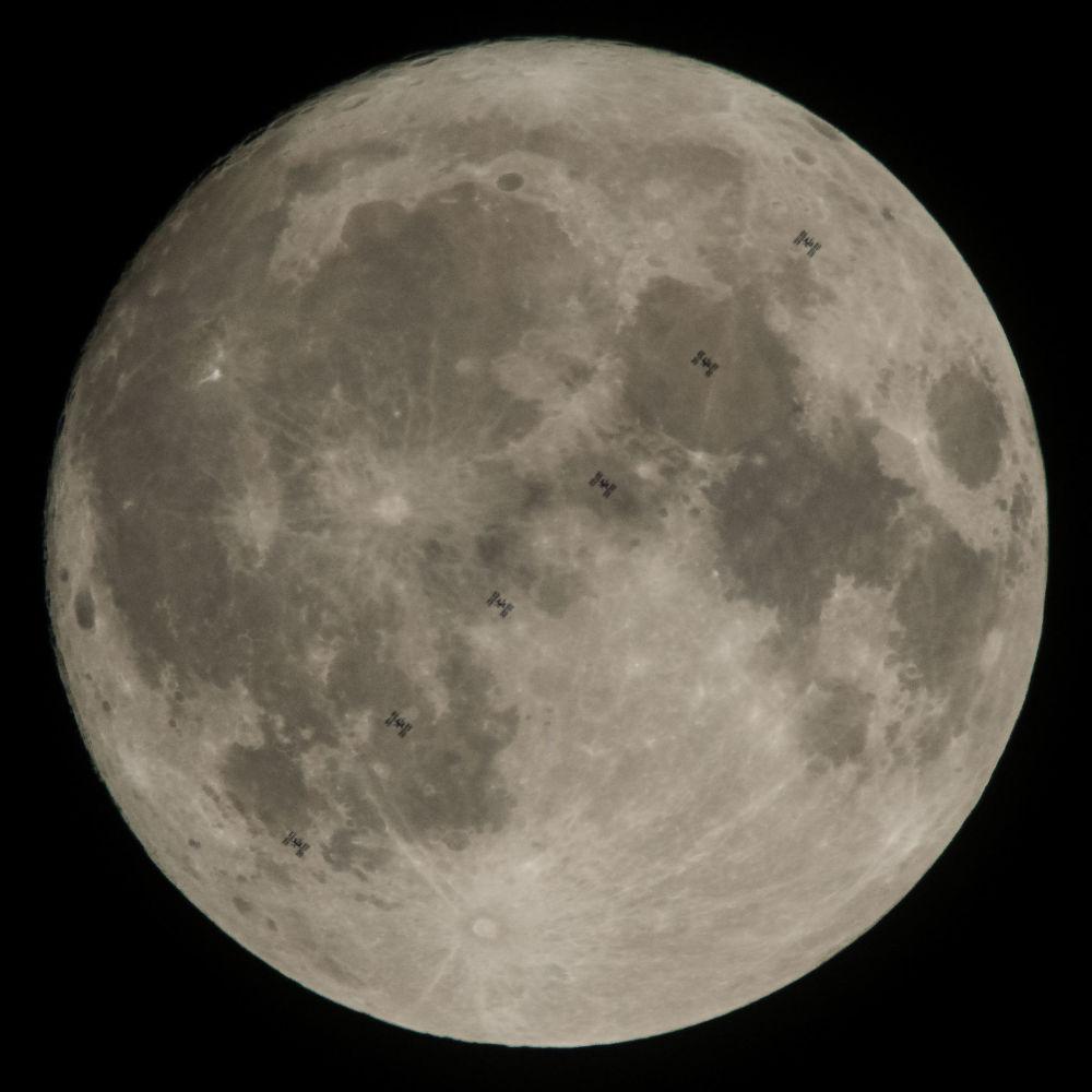 صورة مركبة  (من 6 صور) للقمر من محطة الفضاء الدولية، 2 ديسمبر/ كانون الأول 2017