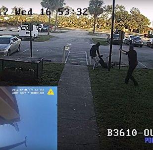 رجل يعتدي على شرطي