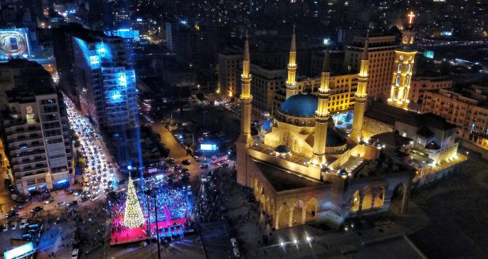 مشهد يطل على مسجد الأمين وسجرة عيد الميلاد في بيروت، لبنان 10 ديسمبر/ كانون الأول 2017