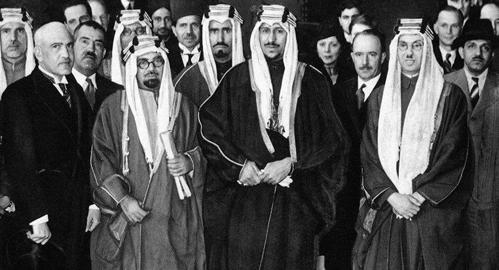 الأمير سعود ولي عهد المملكة العربية السعودية، وشقيقه الأصغر محمد في لندن