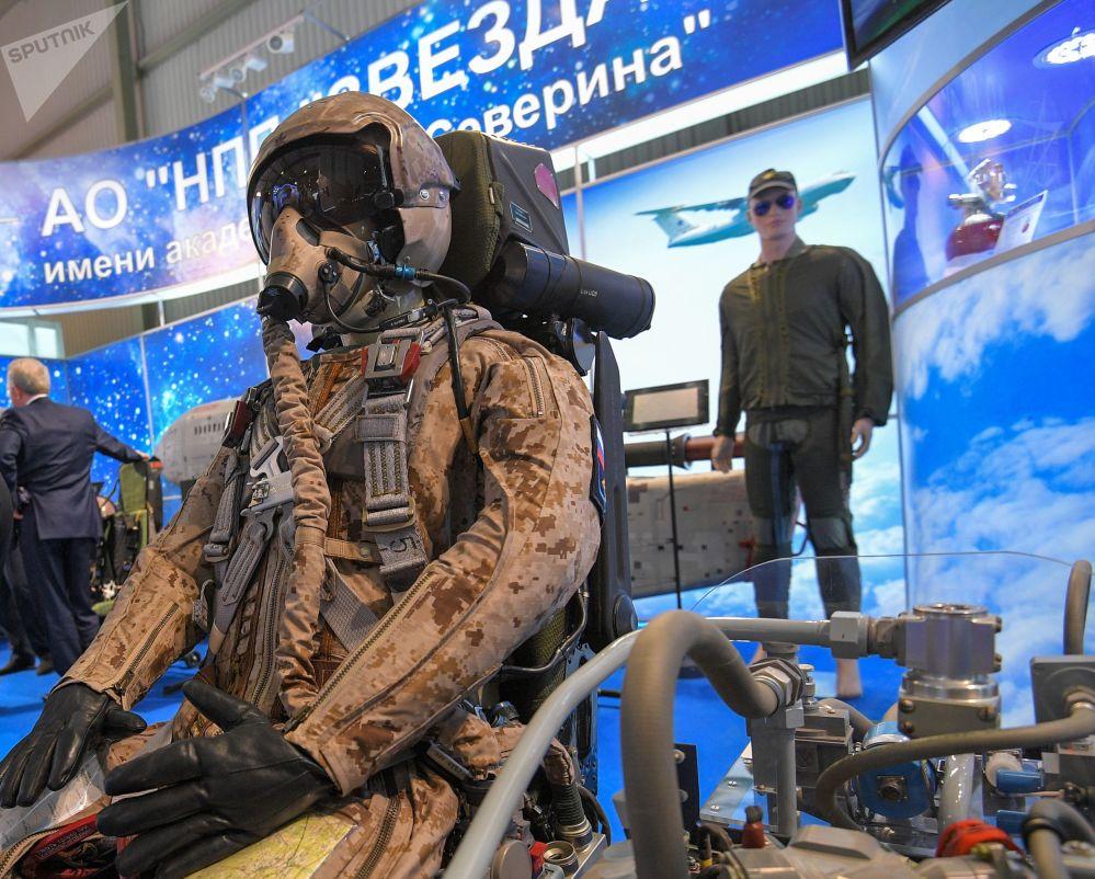بدلة ومقعد طيار المقاتلة تي-50 من الجيل الخامس