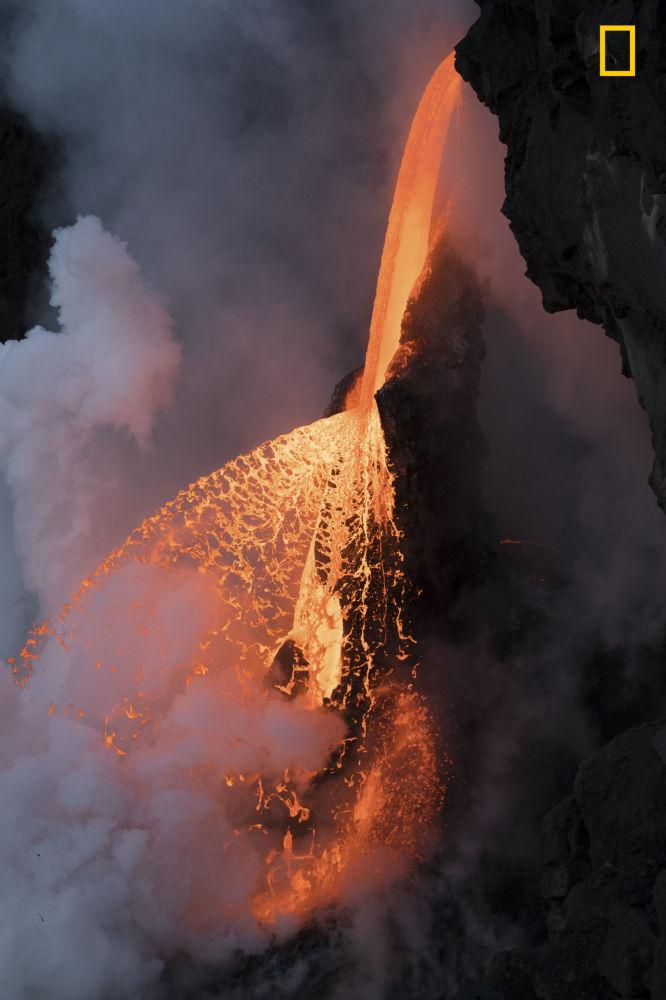 مسابقة ناشيونال جيوغرافيك للطبيعة لعام 2017 - المصور كريم ليليا، صورة بعنوان  هذه هي الطبيعة في شكلها الخام (This is nature in its most raw form) في هاواي