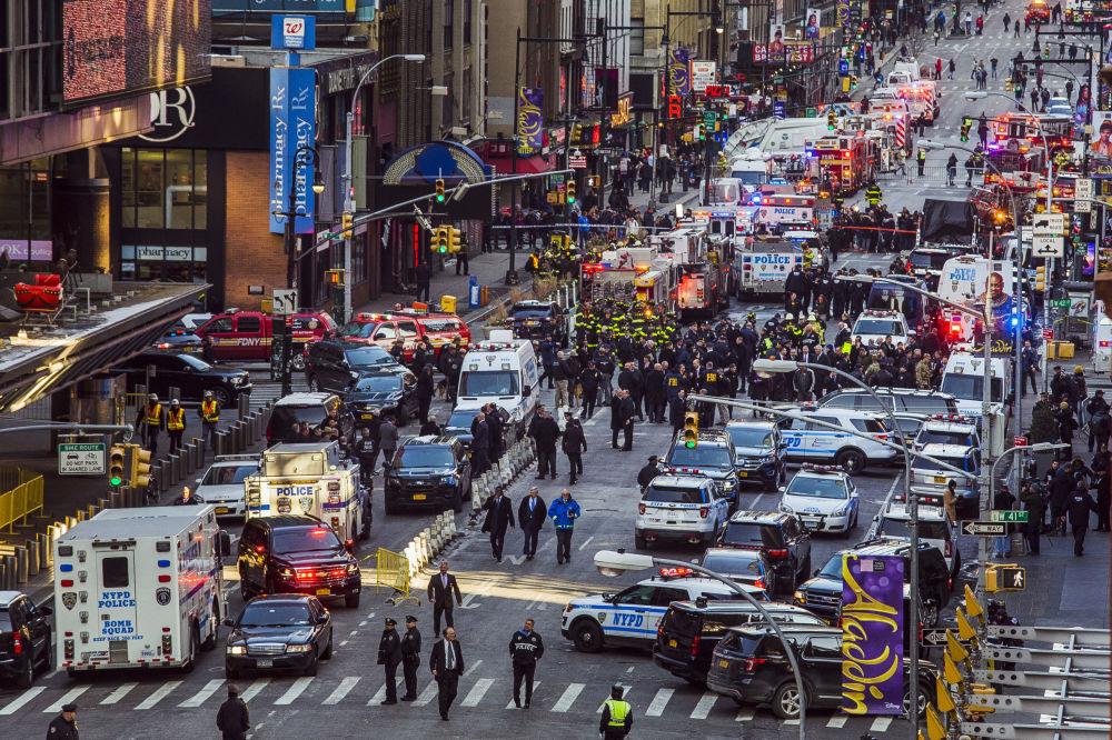 قوات الشرطة الأمريكية في تايمز-يكوير في نيويورك يتحرون موقع الانفجار، الولايات امتحدة 11 ديسمر/ كانون الأول 2017