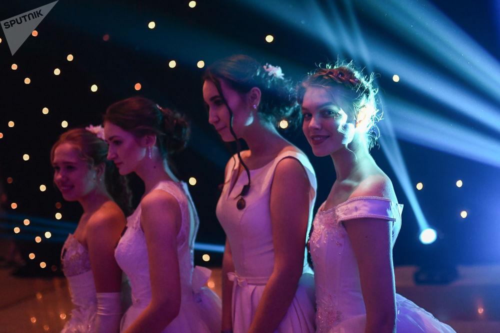 مشاركات في الحفل الدولي للرقص لتلاميذ الكرملين العسكريين بمناسبة يوم اأبطال الوطن ويوم الدستور الروسي في موسكو، روسيا