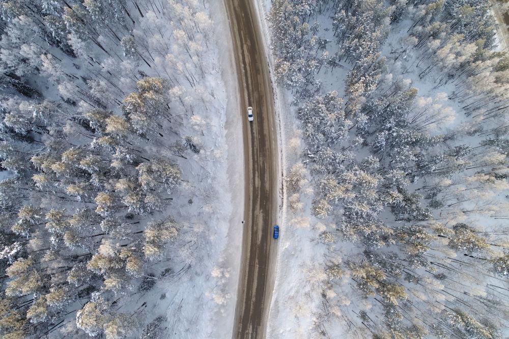 مشهد من السماء للطريق على ضفاف نهر ينيسي، في درجات حرارة الهواء حوالي 17 درجة مئوية (1.4 درجة فهرنهايت)، خارج مدينة كراسنويارسك بسيبيريا، روسيا 10 ديسمبر/ كانون الأول 2017