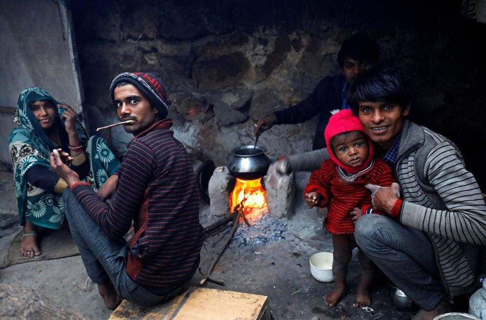 أشخاص يعدون الطعام في نيو دلهي، الهند 14 ديسمبر/ كانون الأول 2017