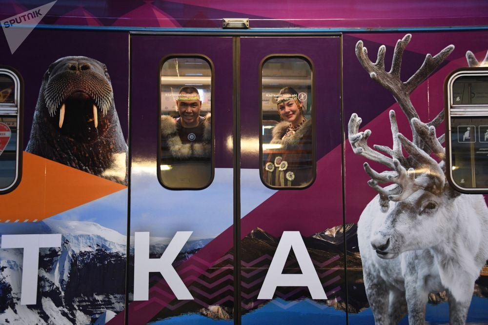 مساركون في أزياء تقليدية من ياقوتيا داخل قطار مترو جديد أطلق بمناسبة رأس السنة دالنيفوستوتشني إكسبريس في مترو فيخينو