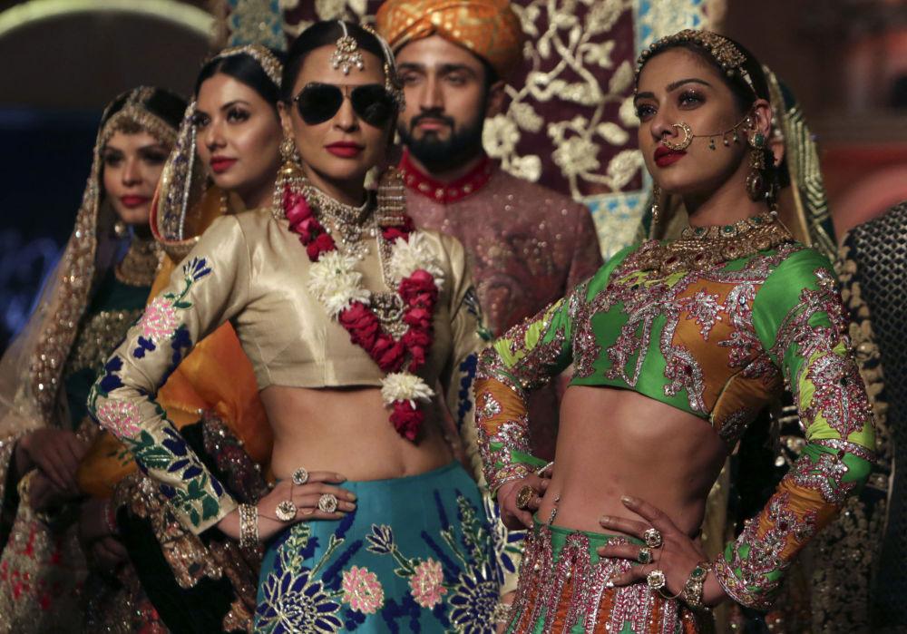 عارضات أزياء خلال تقديم مجموعة من تصميم Ali Xeeshan في أسبوع الموضة Pantene Hum Bridal Couture Week  في لاهوري، باكستان