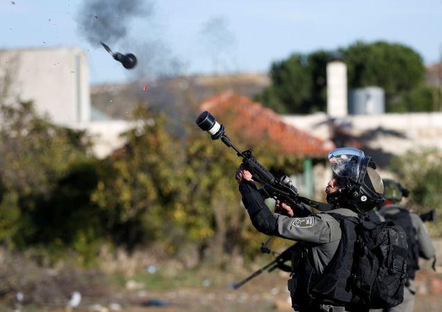 اشتباكات بين الفلسطينيين والشرطة الإسرائيلية خلال احتجاجات على قرار دونالد ترامب حول إعلان القدس عاصمة لإسرائيل في رام الله، الضفة الغربية، فلسطين 9 ديسمبر/ كانون الأول 2017