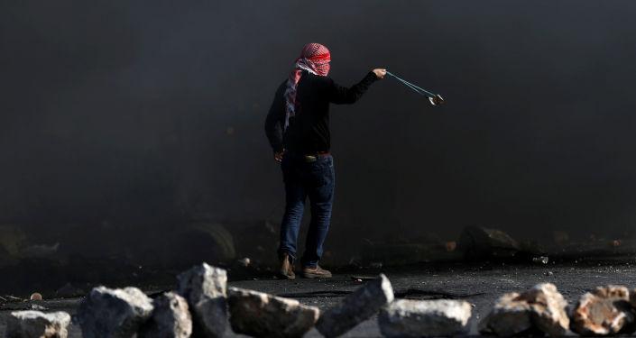 اشتباكات الفلسطينيين والشرطة الإسرائيلية خلال احتجاجات على قرار دونالد ترامب حول إعلان القدس عاصمة لإسرائيل في رام الله، الضفة الغربية، فلسطين 11 ديسمبر/ كانون الأول 2017