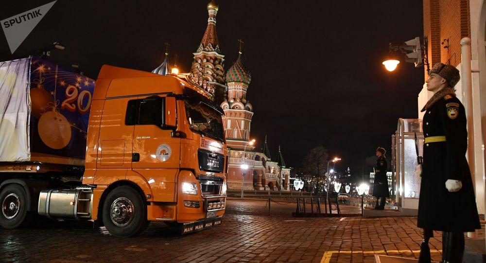شاحنة  أحضرت الشجرة الرئيسية لرأس السنة الجديدة تنتظر الدخول خلال أبواب برج سباسكي إلى ساحة الكرملين، موسكو