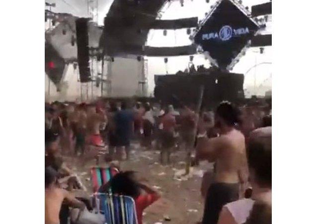 فشل حفل موسيقي بسبب الرياح