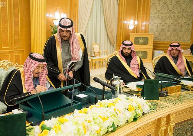 الملك سلمان أثناء توقيعه على موازنة 2018
