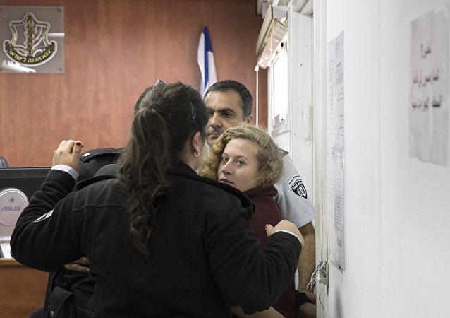 الفتاة الفلسطينية عهد التميمي في أثناء محاكمتها عسكريا في إسرائيل