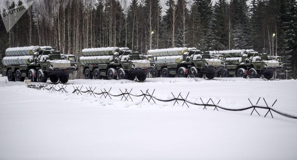 مناورات عسكرية باستخدام منظومة الدفاع الجوي إس-400 في لينينغرادسكايا أوبلست، روسيا