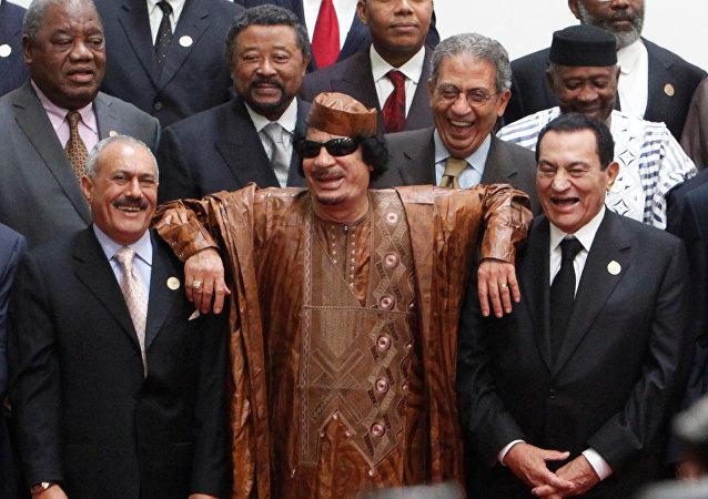 الزعيم الليبي العقيد معمر القذافي يستند على أكتاف الرئيس المصري حسني مبارك ثم الرئيس اليمني علي عبد الله صالح خلال جلسة تصويرية في سرت
