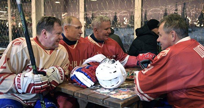 الرئيس الروسي فلاديمير بوتين ووزير الدفاع سيرغي شويغو يلعبان الهوكي