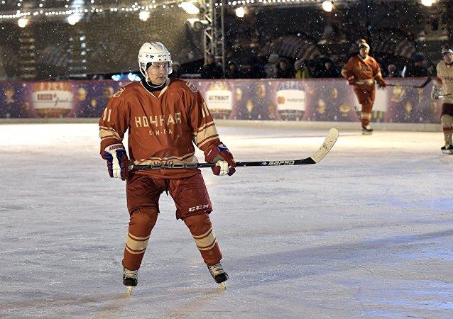 الرئيس الروسي فلاديمير بوتين يلعب الهوكي