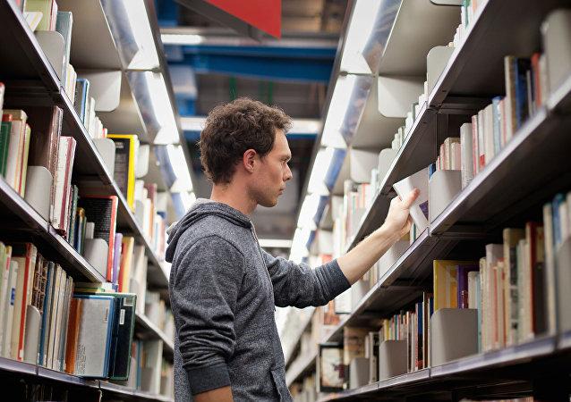 طالب في مكتبة