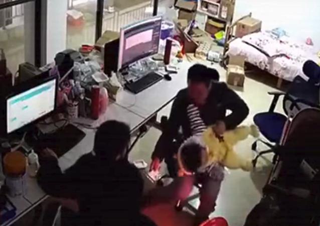 أب ينقذ طفله من السقوط