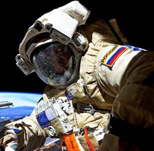 رائد فضاء روس كوسموس الروسي سيرغي ريازانسكي خلال خروجه إلى الفضاء الخارجي