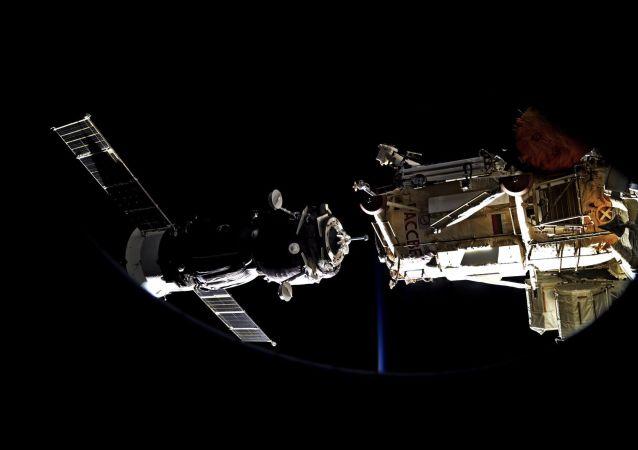 إلتحام مركبة سويوز بمحطة الفضاء الدولية