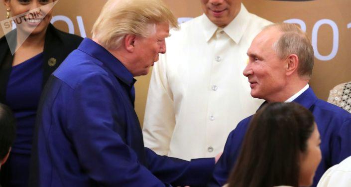 الرئيس الروسي فلاديمير بوتين  والرئيس الأمريكي دونالد ترامب يتصافحان في إطار قمة ابيك في الفيتنام