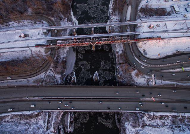 طرق السكك الحديدية والجسور عبر نهر إنيا في نوفوسيبيرسك، روسيا