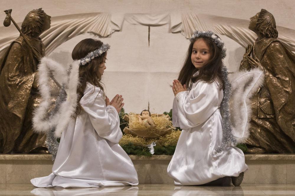 أطفال يرتدون زي الملائكة خلال مراسم الاحتفال بعيد الميلاد المجيد في بريستينا، كوسوفو 24 ديسمبر/ كانون الاول 2017