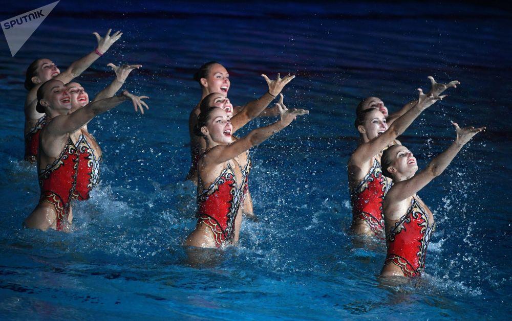فريق السباحات الروسيات خلال عرض 20 عاما من الفوز تكريما لفوز الفريق الروسي على الساحة العالمية، في قصر دينامو للسباحة، موسكو