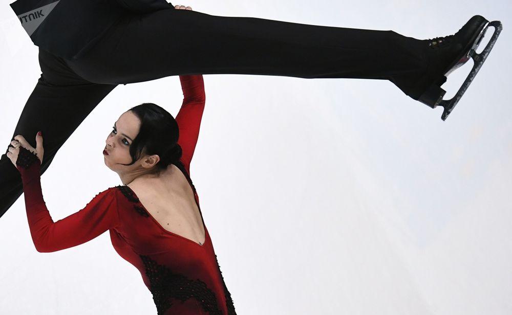 الثنائي - بيتينا بوبوفا وسيرغي موزغوف خلال الأداء في فئة العرض الحر في بطولة روسيا للتولج على الجليد في سان بطرسبورغ