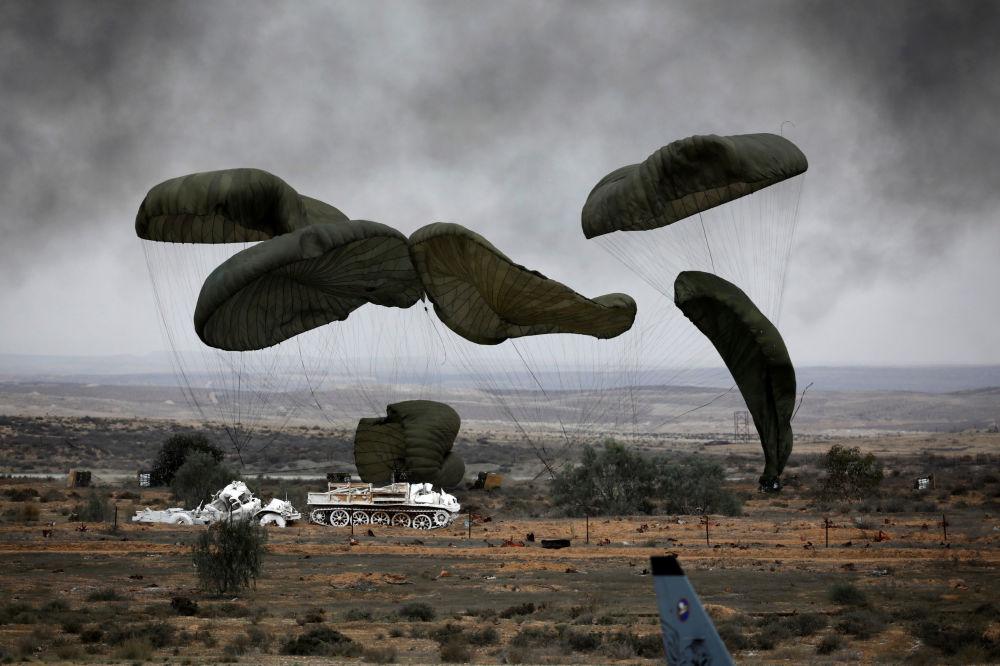 إسقاط طائرة هليكوليز من طراز إس -130 جي من طراز إس إيركولز بواسطة مظلة جوية، خلال حفل تخرج لطيارين تابعين للقوات الجوية الإسرائيلية في قاعدة هاتزيريم الجوية في بئر السبع، صحراء النقب، 27 ديسمبر / كانون الأول 2017