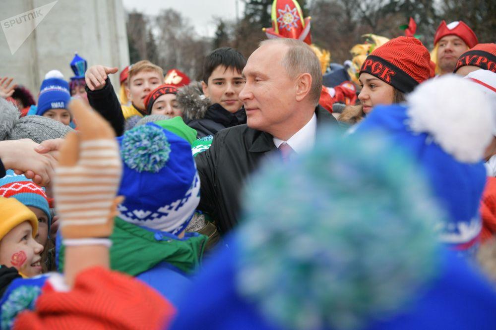 الرئيس فلاديمير بوتين خلال لقائه بالأطفال في قصر الكرملين (الذين حضروا لحفل رأس السنة)، موسكو 26 ديسمبر/ كانون الأول 2017