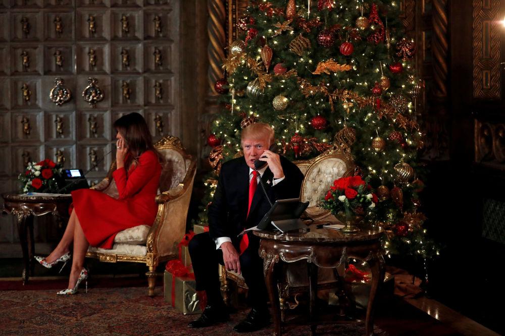 الاحتفالات بعيد الميلاد المجيد - الرئيس دونالد ترامب وزوجته ميلانيا ترامب يشاركان في تهنئة أطفال مار-أ-لاغو في بالم بيتش، في فلوريدا، الولايات المتحدة الأمريكية 24 ديسمبر/ كانون الأول 2017