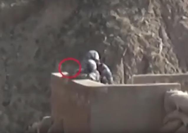 جندي يسقط قنبلة في التدريبات