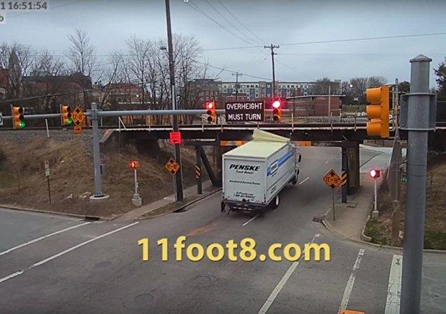 شاحنة تصطدم بجسر