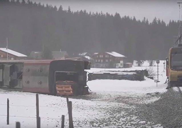 جنوح قطار عن سكته نتيجة لرياح شديدة