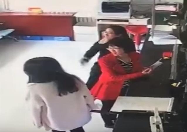 بالفيديو...موقف غريب لفتاة بمكتب استقبال
